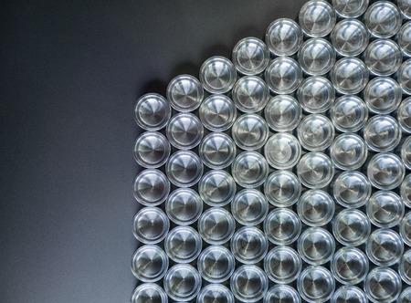 Piezas metálicas brillantes después del torneado cnc, sobre una superficie plana de arriba hacia abajo con un fondo plano Foto de archivo