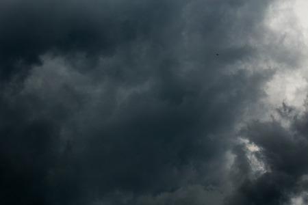 szare nadchodzące chmury burzowe ciemne tło zbliżenie
