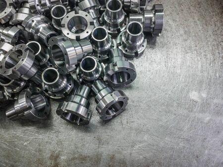 Glanzende stalen onderdelen na cnc-draaien, boren en bewerken op stalen oppervlak met selectieve focus. Stockfoto