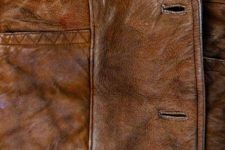 Kleine braune verwitterte Seude-Jacke Nahaufnahme Textur mit selektivem Fokus und Unschärfe
