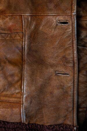 Kleine braune verwitterte Seude-Jacke Nahaufnahme Textur mit selektivem Fokus und Unschärfe Standard-Bild