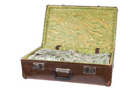 Vieille valise brune ouverte pleine de billets de cent dollars isolé sur fond blanc Banque d'images