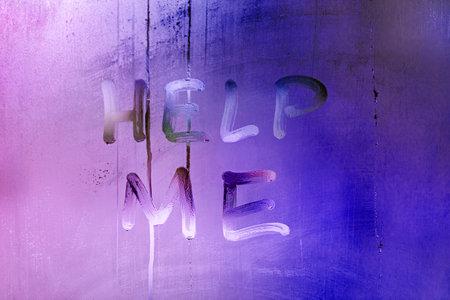 words help me handwritten on night wet window glass with purple and blue color gradient 版權商用圖片