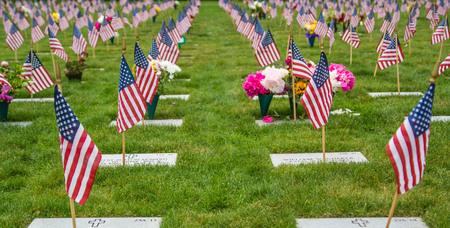 Amerikaanse vlaggen en grafstenen op een Amerikaanse nationale begraafplaats.