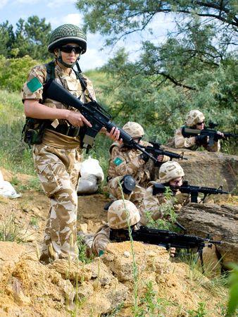 british army: British soldiers in desert uniform in action