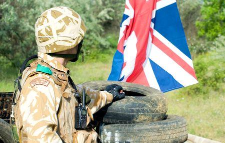 bandera de reino unido: soldado brit�nico con la bandera del Reino Unido en el puesto de control