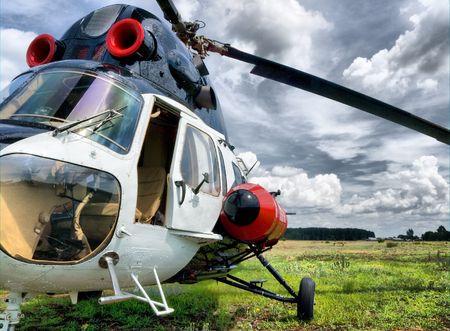 フィールド上に立っている現代軽ヘリコプター