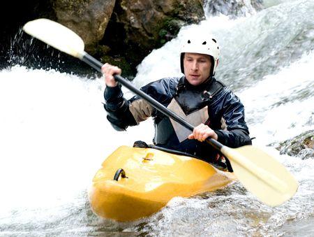 canoa: un disparo del kayakista con un remo en el agua