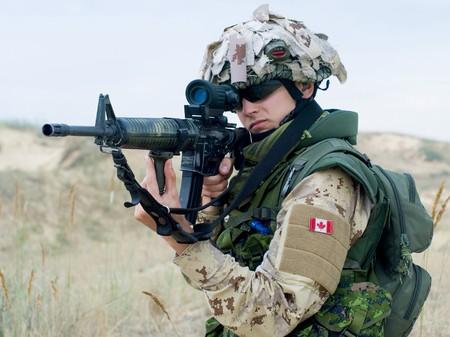 iraq: soldier in desert uniform aiming his rifle Stock Photo