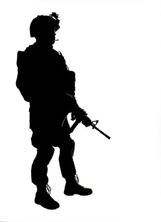 silhouette soldat: Silhouette d'un soldat am�ricain avec une carabine Banque d'images