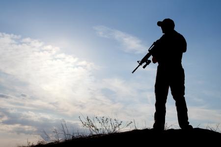 silhouette soldat: soldat contre le soleil