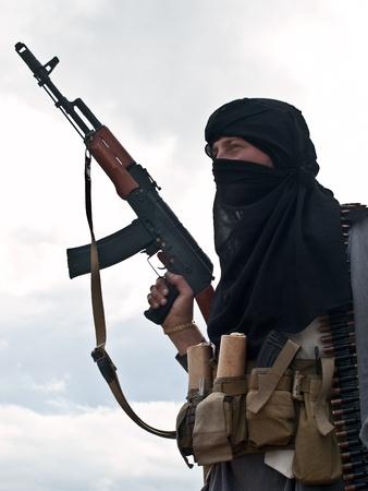 Muslimischen Rebellen mit Gewehr Standard-Bild - 17099181