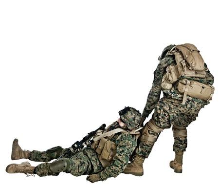 soldado: EE.UU. marino acudi� al rescate de su compa�ero herido en los brazos de Foto de archivo