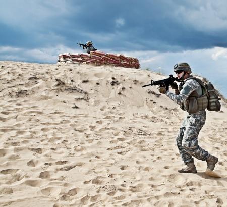Zwei Soldaten in der Wüste während der militärischen Operation Standard-Bild - 18271031