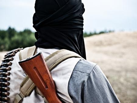 machine-gun: Moslim rebel met automatisch geweer anf machine-gun riem