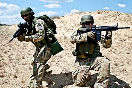 Zwei Soldaten in der Wüste während der militärischen Operation Standard-Bild - 19364271