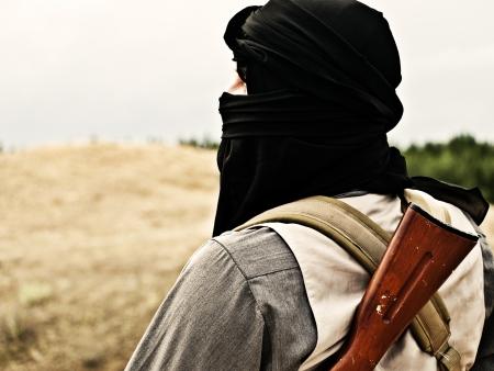 Muslimischen Rebellen mit automatischen Gewehr und Maschinengewehr Riemen Standard-Bild - 19943968