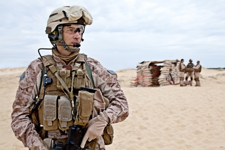 soldado: Infantes de marina de EE.UU. en el desierto cerca de la blockpost Foto de archivo