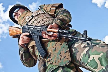 bulletproof: soldado en el chaleco a prueba de balas con un rifle AK-47