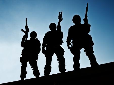 Silhouetten von SWAT Offiziere halten ihre Gewehre Standard-Bild - 21051768