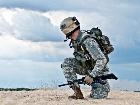 Amerikaanse soldaat in de woestijn tijdens de militaire operatie Stockfoto