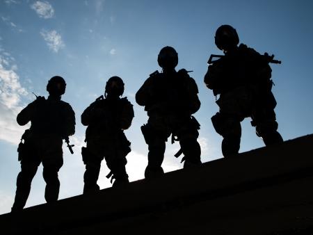 SWAT 임원의 실루엣은 총을 들고