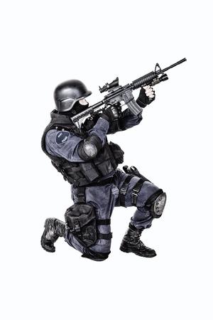 Spezielle Waffen und Taktiken SWAT-Team Offizier mit seinem Gewehr Standard-Bild - 28583181