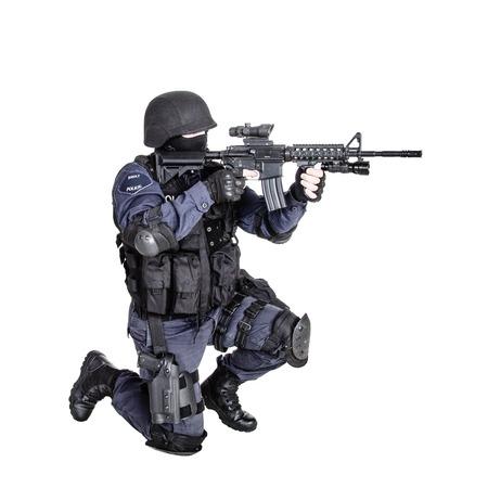 Speciale wapens en tactieken SWAT team officier met zijn pistool
