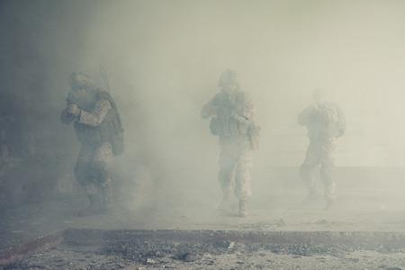 廃墟のアクションで米海兵隊の分隊