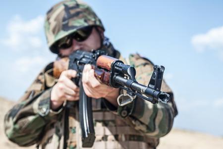 bulletproof: soldado ruso en el chaleco a prueba de balas con un rifle AK-47
