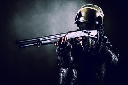 Spec ops soldaat op een zwarte achtergrond met jachtgeweer Stockfoto