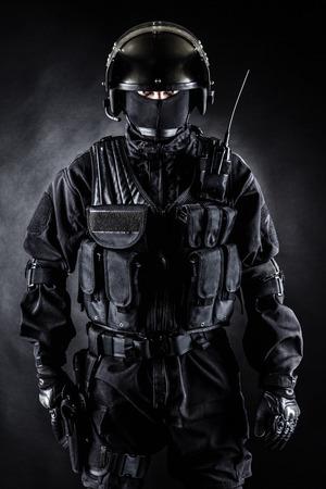 Spec Ops Soldat in Uniform auf schwarzem Hintergrund Standard-Bild - 31914605