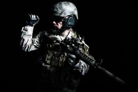 Bearded Special Forces Soldaten auf dunklem Hintergrund Standard-Bild - 34003256
