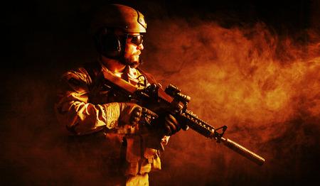 sellos: Barbudo soldado de las fuerzas especiales en el fondo oscuro