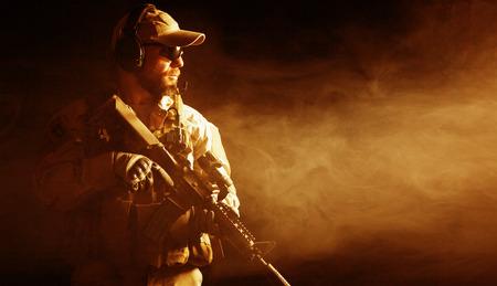 暗い背景に髭がある特殊部隊の兵士