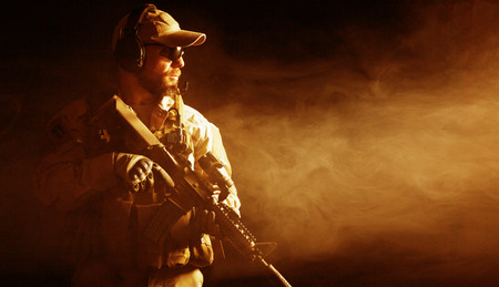 Bearded Special Forces Soldaten auf dunklem Hintergrund Standard-Bild - 34003203