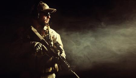 Brodaty żołnierz sił specjalnych na ciemnym tle