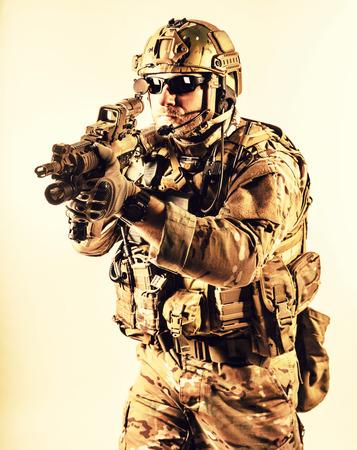 Bearded spezielle Kriegsführung Betreiber mit Sturmgewehr Standard-Bild - 35097486