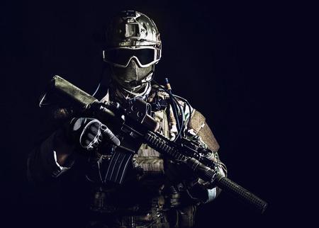 Special forces soldaat met geweer op een donkere achtergrond Stockfoto