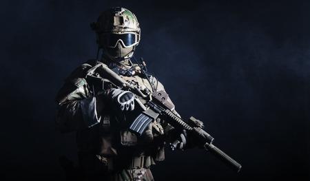 Special Forces Soldat mit Gewehr auf dunklem Hintergrund Standard-Bild - 35097707