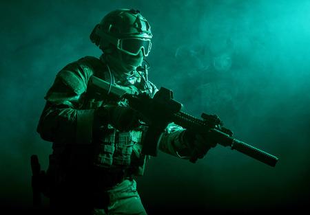 soldado: Soldado de las fuerzas especiales con el rifle en el humo