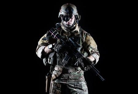 soldado: Guardabosques ej�rcito de Estados Unidos con el rifle de asalto en el fondo oscuro