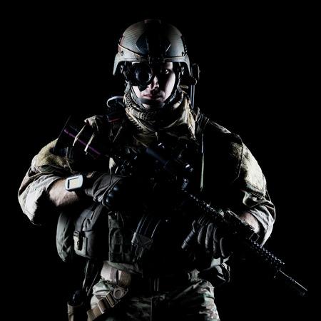 Guardabosques ejército de Estados Unidos con el rifle de asalto en el fondo oscuro