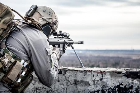 軍事作戦の間に米国軍の狙撃兵