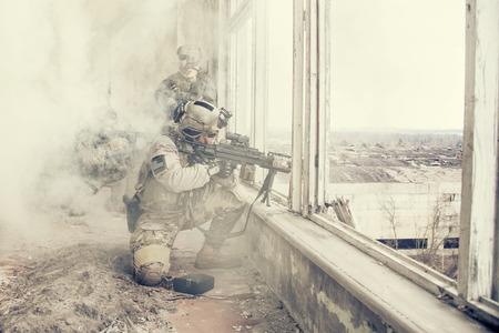 wojenne: United States Army Rangers podczas operacji wojskowej w dymu i ognia