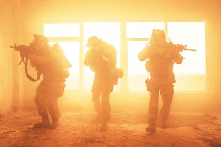 煙と火で軍事操作中にアメリカ合衆国陸軍レンジャーズ 写真素材