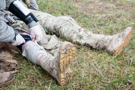 米国陸軍レンジャーの腕の中で彼の仲間の負傷者の傷の治療