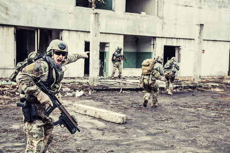 soldado: Guardabosques ej�rcito de Estados Unidos durante la operaci�n militar Foto de archivo