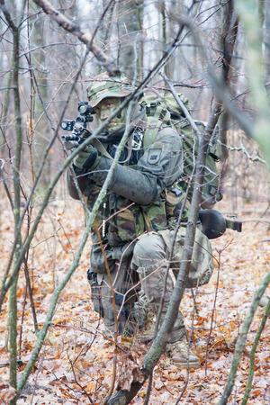Jagdkommando soldaat Oostenrijkse special forces uitgerust met aanvalsgeweer tijdens de inval Stockfoto