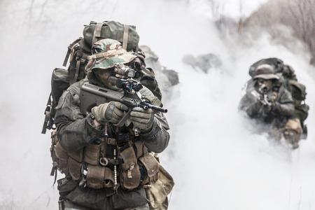 Groep jagdkommando soldaten Oostenrijkse special forces in de rook